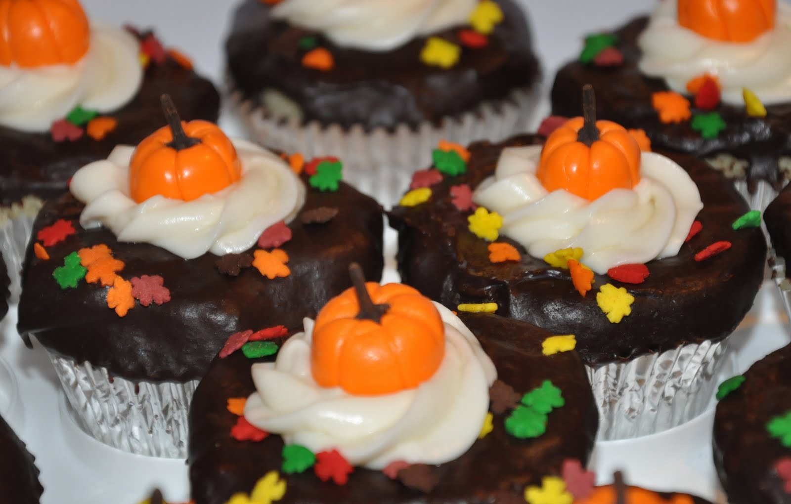 Thanksgiving Cupcakes Starring Fondant Pumpkins, and Some ...  Thanksgiving Cu...